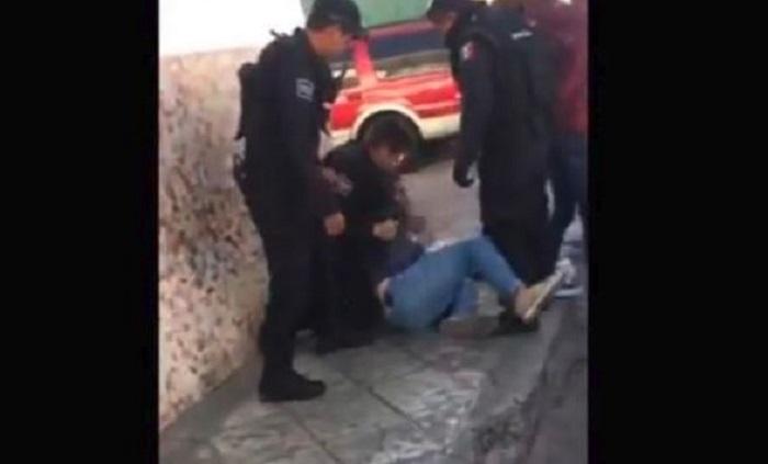 Policías golpean joven ciclista y detienen a otro en San Juan del Río (VIDEO)