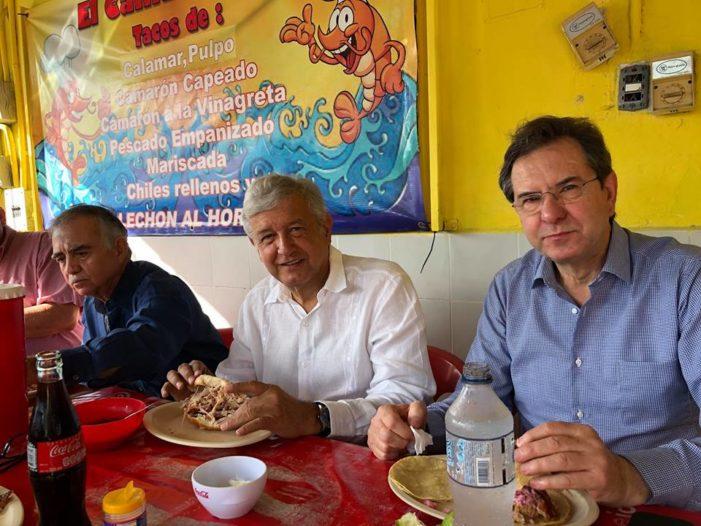 AMLO introduce a Romo y Moctezuma al 'populismo', los lleva a desayunar en marisquería