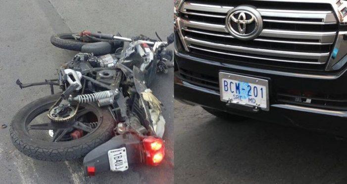 CDMX: Camioneta de Embajada de EU, arrastra dos motocicletas (video)
