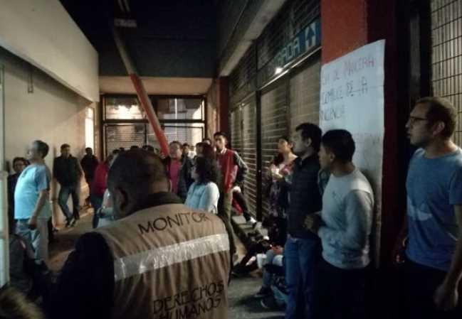Profesores de la UNAM denuncian robo de celular en el Metro Pino Suárez y los detienen