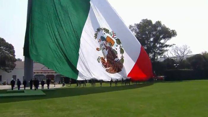 En el Día de la Bandera, el gobierno de Peña Nieto la pone al revés (VIDEO)