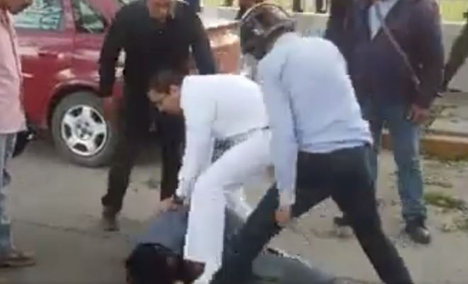 Estudiante oaxaqueño atrapa a sujeto que lo intentaba robar y lo golpea