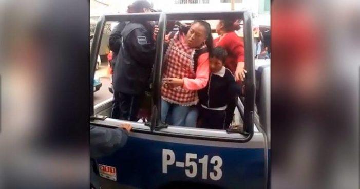 Policía de alcaldesa del PRI, arremete contra niños y vendedoras de noapales (video)