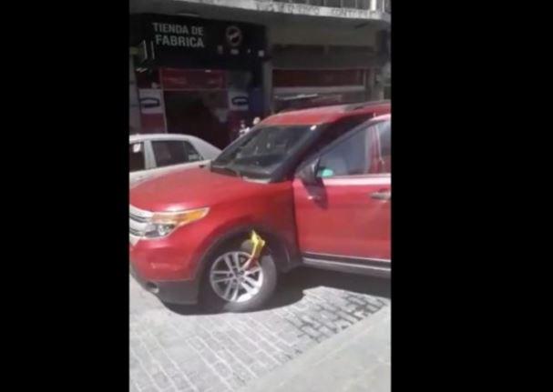 Por no querer pagar 2 pesos de parquímetro destroza su camioneta en Pachuca (VIDEO)