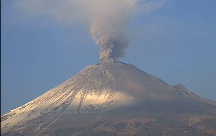 Popocatépetl emite fumarola de mil 800 metros de altura