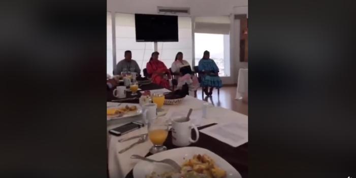 Diputados desayunan de lujo, mientras indígenas Rarámuris solo miran