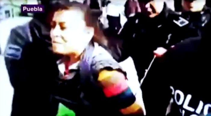 En Puebla policía amarra y apalea a indígena vendedora de tortillas (video)
