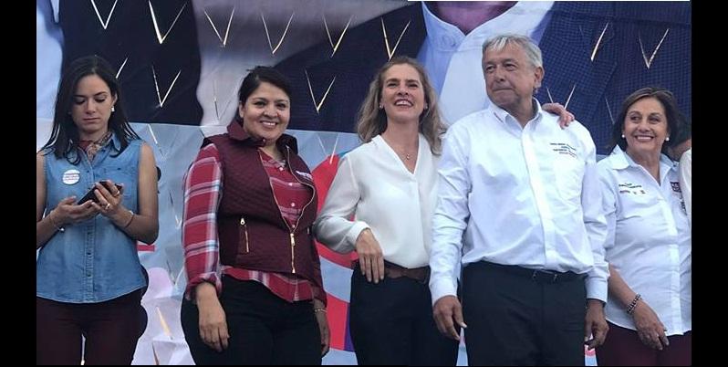 Roban beso en la boca a candidato mexicano López Obrador — YouTube