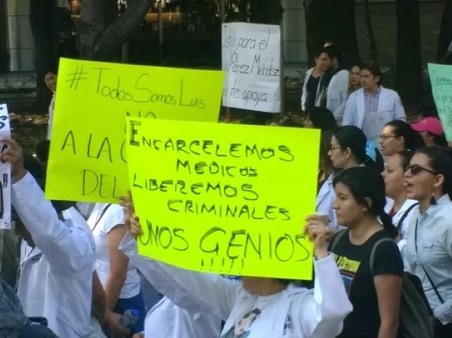 ddfd69220c61f Médicos de México marcharon ayer domingo 8 de abril en alrededor de 80  ciudades para pedir que el doctor Luis Pérez Méndez