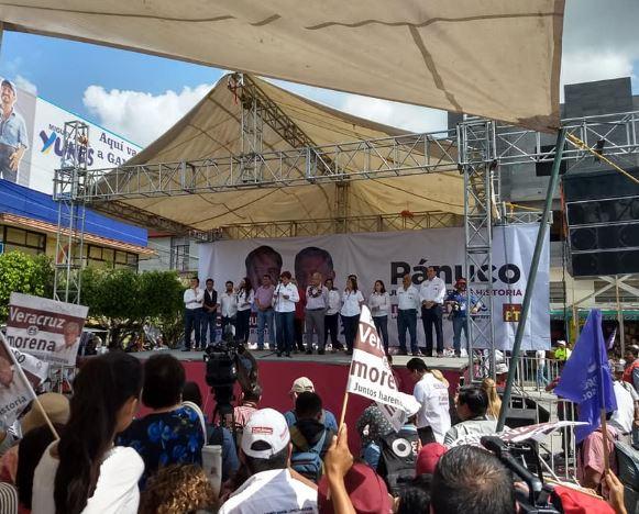 Eva Cadena increpa AMLO en Veracruz; entrega libro con su 'verdad'