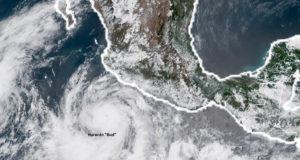 Huracán Bud en las costas de Jalisco, se aproxima a Los Cabos