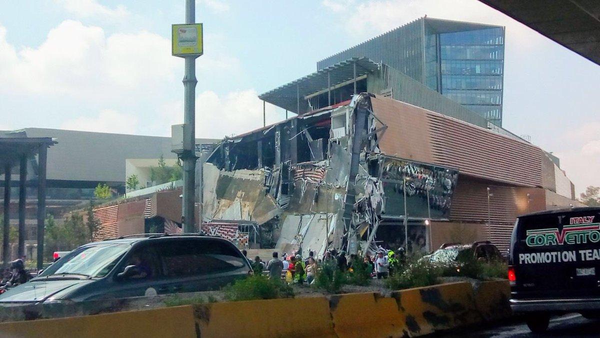 Colapsa parte de plaza comercial en la Ciudad de México