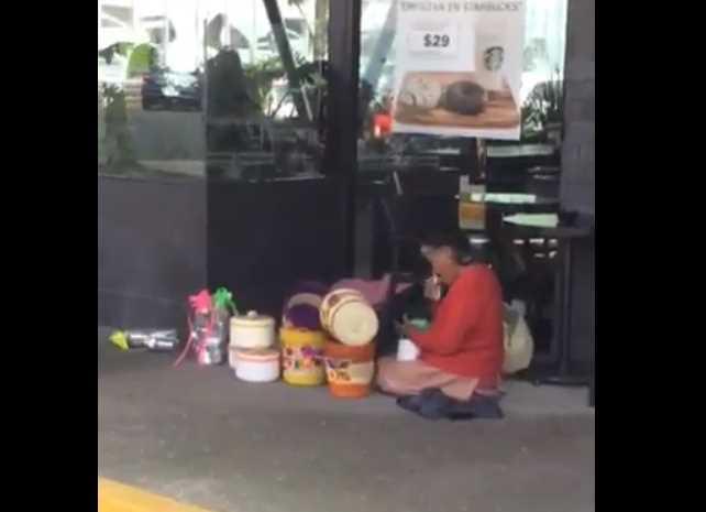 Anciana llora porque Starbucks no la dejó vender su artesanía