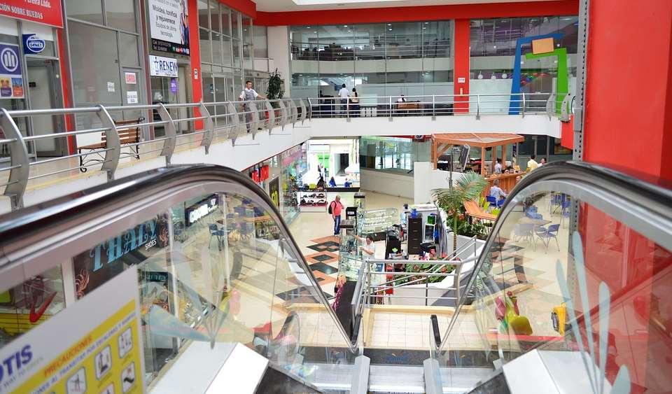 Un nene murió al caer de unas escaleras mecánicas de un shopping