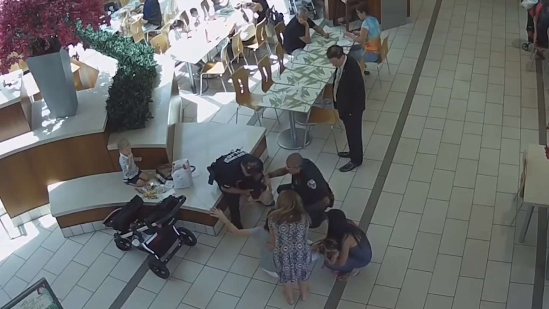 Policía salva a bebé que se atragantó con un nugget