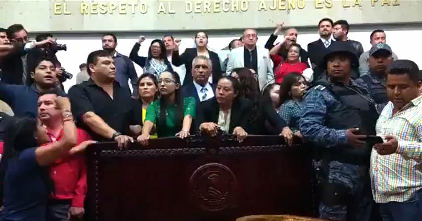 PRI revienta sesión en Congreso de Hidalgo para imponer junta de gobierno; los resguarda Policía Estatal