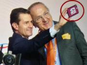 Captan a Peña Nieto tomarse selfie con celular con carátula de AMLOVE