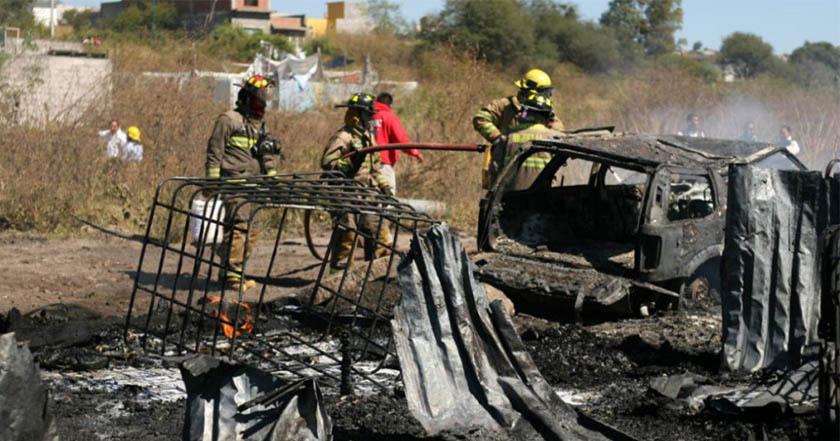 Se incendian dos bodegas de combustible robado en Michoacán