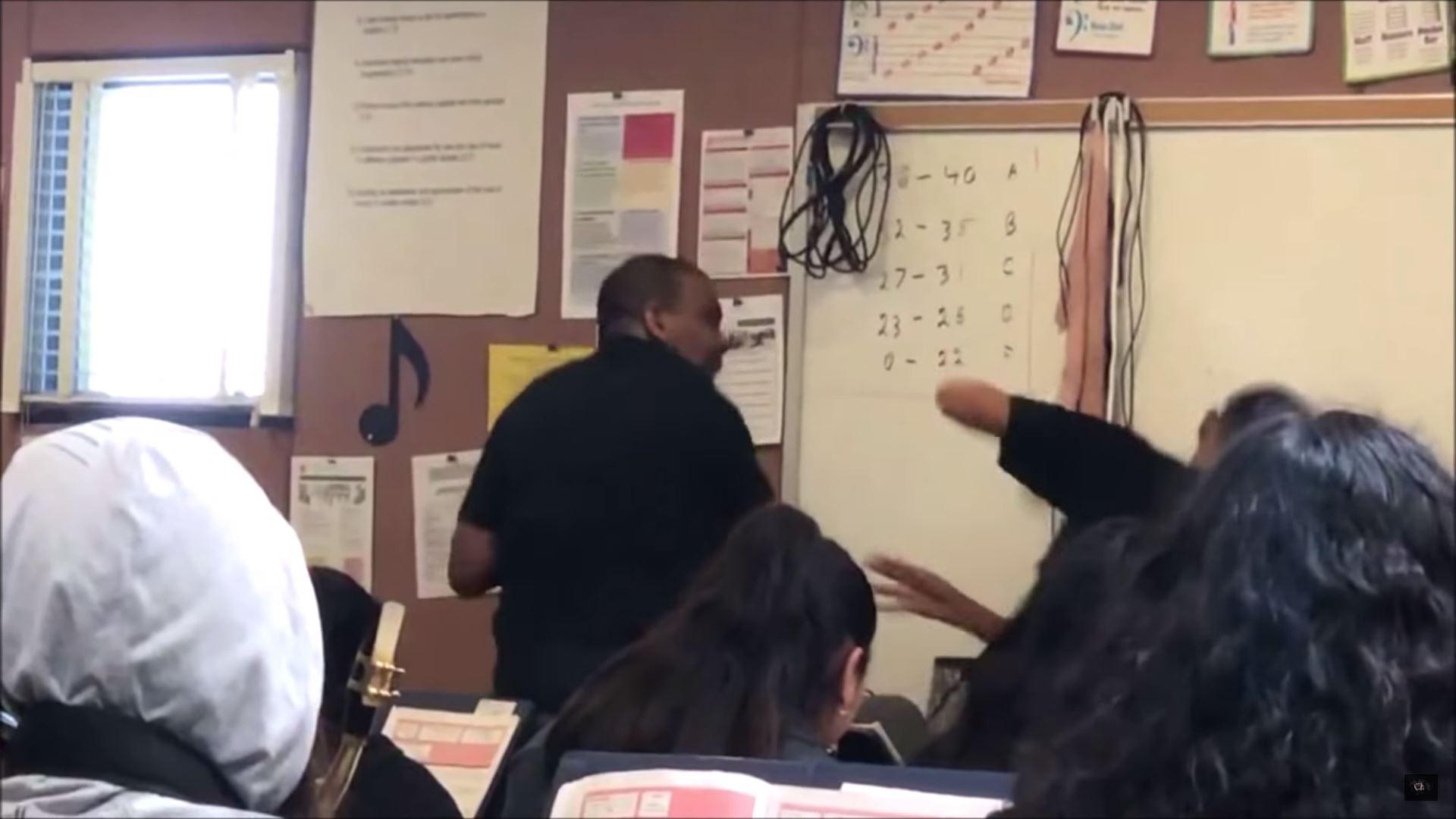 Maestro reacciona con golpes hacia su alumno, por comentarios racistas