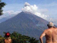 Indonesia en alerta por otro volcán que emite humo y gases