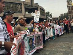 Padres de Ayotzinapa marchan a Basílica en el mes 51 de la desaparición