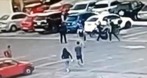 Surge video de 5 personas golpeando a policía hasta dejarlo inconsciente