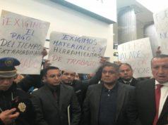 Protestan trabajadores del AICM; les deben bonos y quincenas