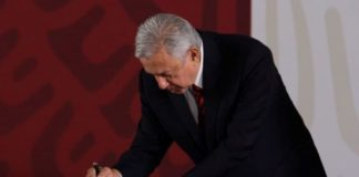 No reelección, no corrupción: AMLO firma ante notario compromiso