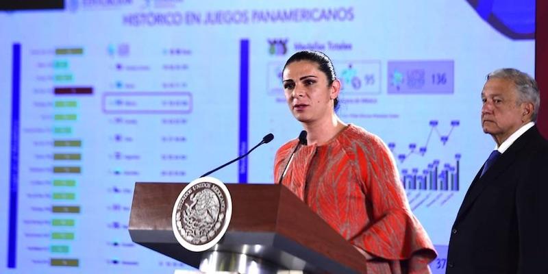 Ana Gabriela Guevara le entrega a AMLO medalla por apoyo a atletas