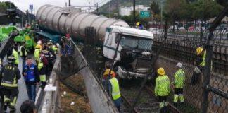 Tráiler choca con muro de contención y llega hasta las vías del Metro