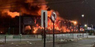 Chile: mueren 3 personas en incendio de supermercado durante protestas