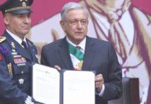 AMLO condecora a militares que transportaron a Evo Morales