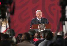 AMLO propone establecer pensión para adultos y becas en Constitución