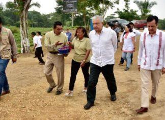 AMLO anuncia construcción carretera con apoyo de la gente en Veracruz