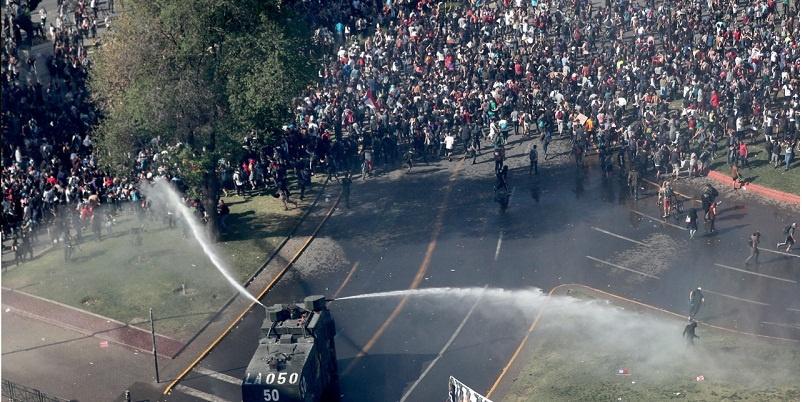 Chile, denuncian uso de sosa cáustica en represión
